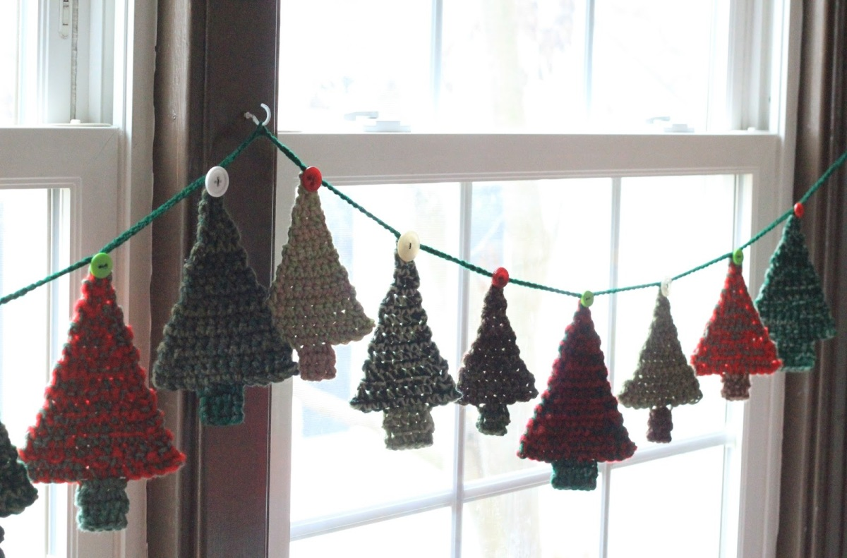 A Crocheted Garland of Christmas Trees